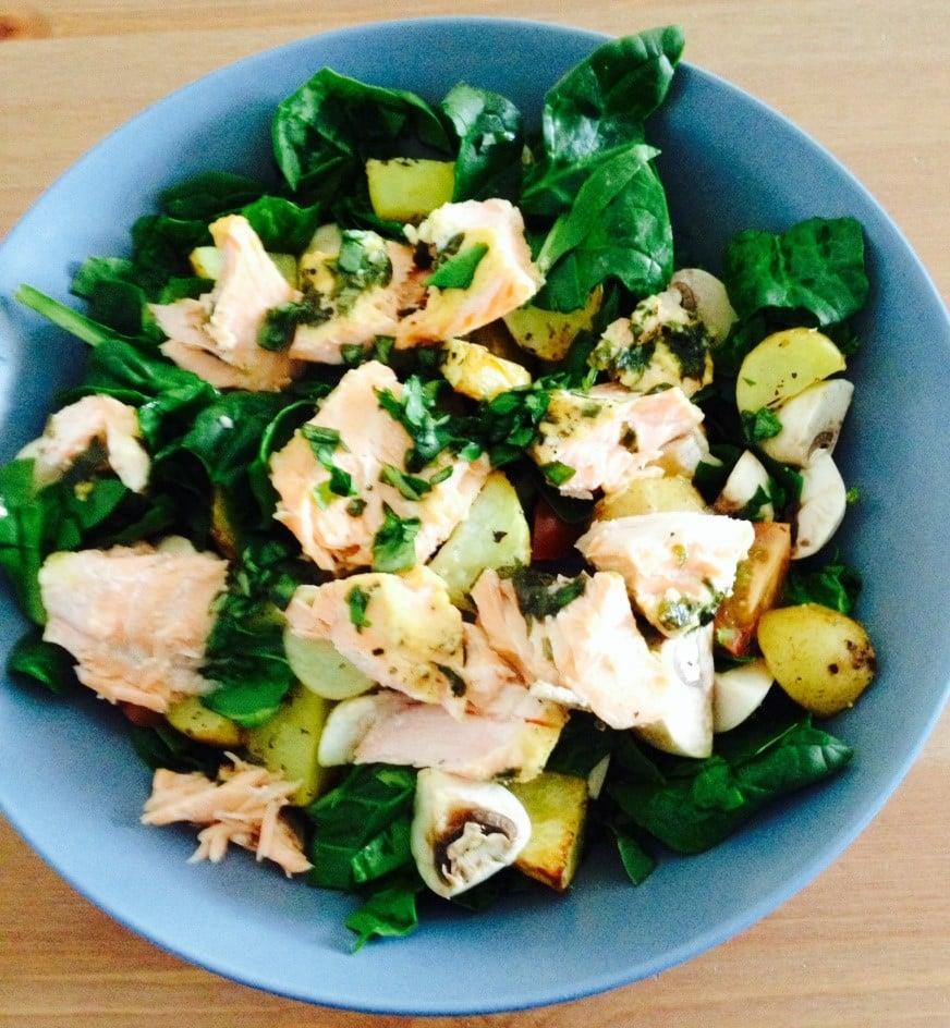 Spinatsalat med bagt laks og kartofler